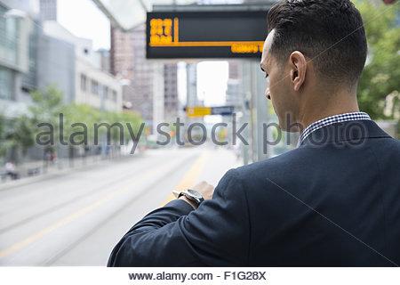 Geschäftsmann, überprüfen der Zeit auf Armbanduhr Bahnhof - Stockfoto