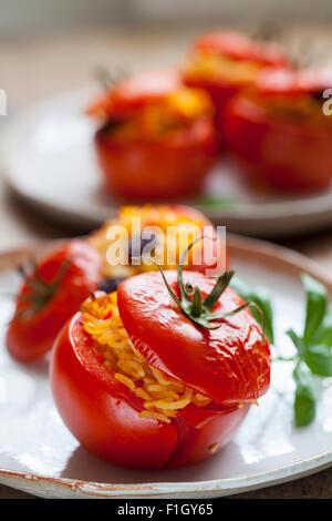 Tomaten gefüllt mit Reis ein Pinienkerne - Stockfoto