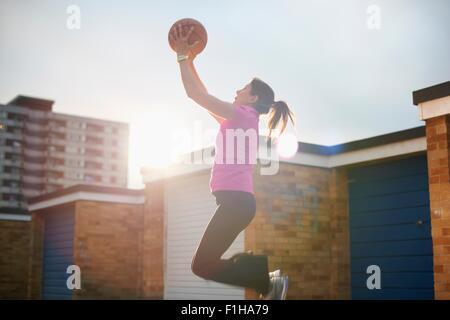 Reife Frauen Basketball-Spieler Ball Mitte Luft fängt - Stockfoto