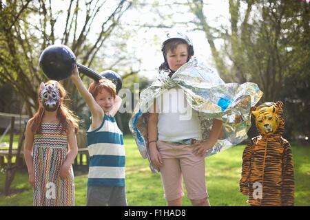 Porträt von Kleinkindern tragen Kostüm, im freien - Stockfoto