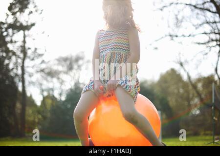 Junges Mädchen Prellen auf aufblasbaren Trichter - Stockfoto