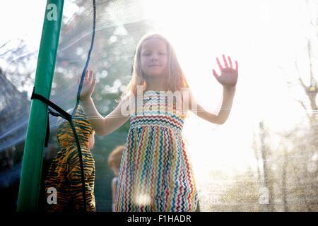 Mädchen im Garten Trampolin - Stockfoto