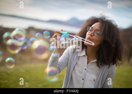 Mitte Erwachsene Frau bläst Seifenblasen