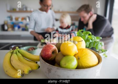 Obst Schale mit frischem Obst, Nahaufnahme - Stockfoto