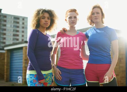29fc71179b62c3 ... Porträt von drei Frauen stehen zusammen tragen Sportkleidung - Stockfoto