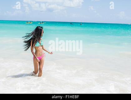 junge asiatin in einem bikini sonnenbaden auf felsen stockfoto bild 71915490 alamy. Black Bedroom Furniture Sets. Home Design Ideas