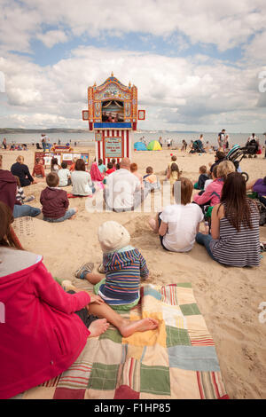 Punch and Judy Show am Strand, Weymouth, Dorset UK - Stockfoto