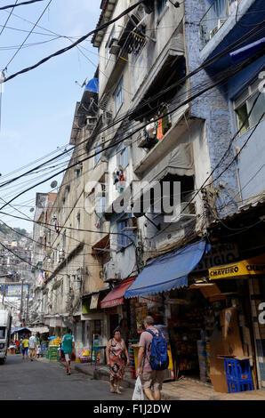 Chaotisch Overhead Verkabelung und Multi-stöckigen Gebäuden in der ...