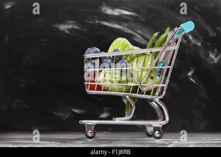 Warenkorb mit Gemüse - Stockfoto