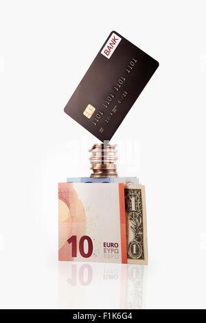 Balancieren auf Münzen und Cash Kreditkarte - Stockfoto