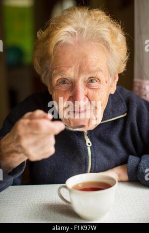 Oma in der Küche Tee zu trinken. - Stockfoto