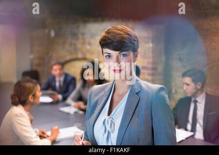 Porträt zuversichtlich Geschäftsfrau in Zimmer Tagung - Stockfoto