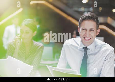 Porträt lächelnd Geschäftsmann im Büro - Stockfoto