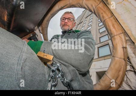 London, UK. 3. September 2015. Im Inneren der Bär wird von Freiwilligen (hier Mark Crutchley), die es zugesperrt - Stockfoto