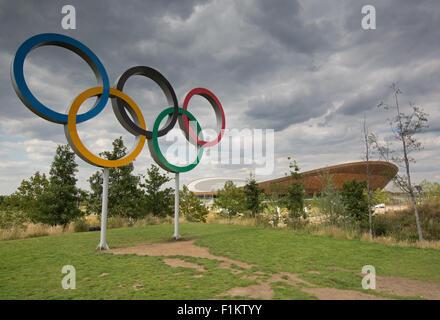 Die Olympischen Ringe und Lee Valley Velodrom in der Queen Elizabeth Olympic Park, London - Stockfoto