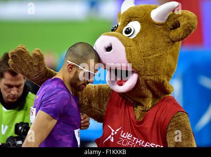 Zürich, Schweiz. 03rd Sep 2015. Treffen Maskottchen Cooly umarmt Schweizer lokale Idol Kariem Hussein (SUI), nachdem - Stockfoto