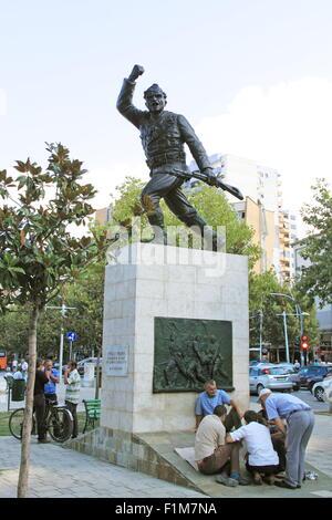 Männer spielen Brettspiele mit dem Denkmal zu einem unbekannten Partisanen, Rruga Xhorxhi W Bush, Tirana, Albanien, - Stockfoto