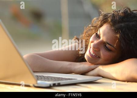Nahaufnahme einer Frau beobachten Medien in einem Laptop in einem Park-Tabelle - Stockfoto