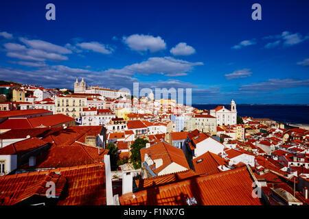 Portugal, Lissabon, Alfama von Santa Luzia Belvedere, Blick auf Sao Vicente de Fora Kloster und nationalen Pantheon - Stockfoto