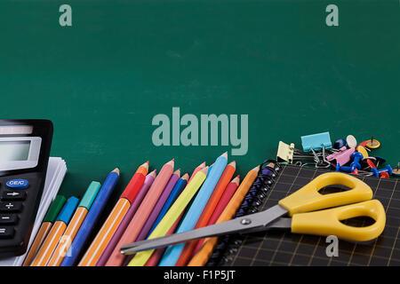 Schulmaterial auf grüner Grundplatte Hintergrund - Stockfoto