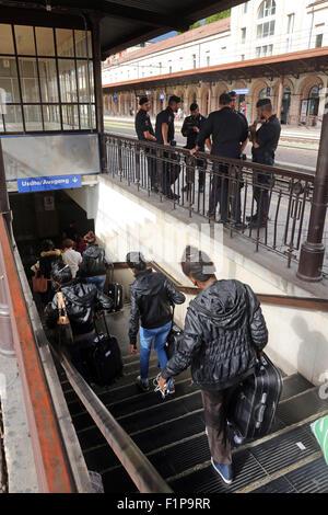 Migranten aus Eritrea angekommen in einem Zug von Rom am Bahnhof von Bozen am 2. September. 2015 in Bozen umsteigen, - Stockfoto