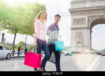 Paar auf der Avenue des Champs Elysees einkaufen - Stockfoto