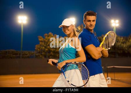 Paar der Tennisspieler stehen am Hof - Stockfoto