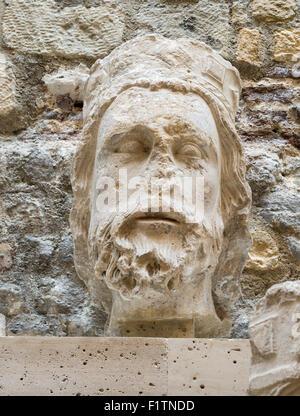 Skulptur eines französischen Königs Kopf. Skulptur eines französischen Königs Kopf von 1220 stammt aus der Vorderseite - Stockfoto