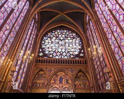 Heckscheibe Rose an Sainte-Chapelle. Die Schnitzereien über die Eingangstüren und die riesige Rosette dominieren - Stockfoto