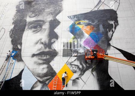 Brasilianische Künstler Eduardo Kobra und sein Team von fünf Künstlern Aufzüge malen ein Wandbild von Bob Dylan - Stockfoto