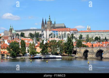 Hradschin Burg und der Karlsbrücke an der Moldau in Prag. - Stockfoto