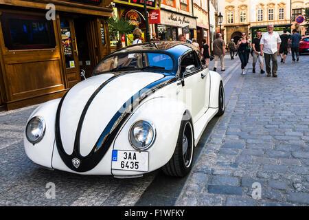 Maßgeschneiderte alten weißen VW Käfer parkte in einer Straße von Prag, Tschechien. - Stockfoto