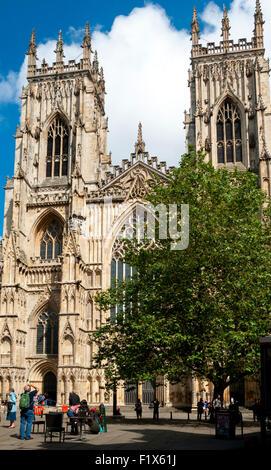 Die Westfassade des York Minster von Minster Yard, City of York, Yorkshire, England, UK - Stockfoto
