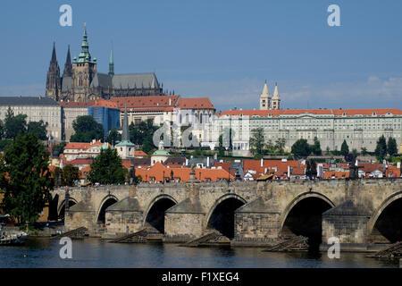 Karlsbrücke über die Moldau Fluss mit der Burg Hradschin und St Vitus Cathedral im Hintergrund, Prag, Tschechische - Stockfoto