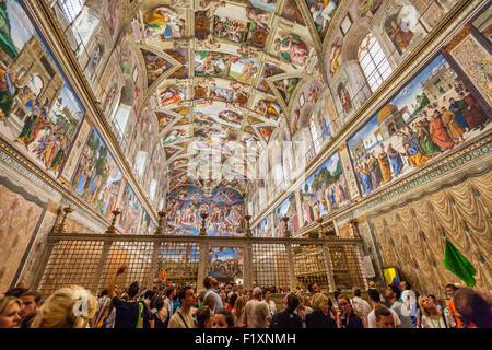 Besucher und Touristen in der Sixtinischen Kapelle Apostolischen Palast Vatikan Museum Vatikanstadt Rom Italien - Stockfoto