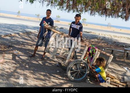 Strand, Warenkorb, Tochter, Vater, Ost-Timor - Stockfoto
