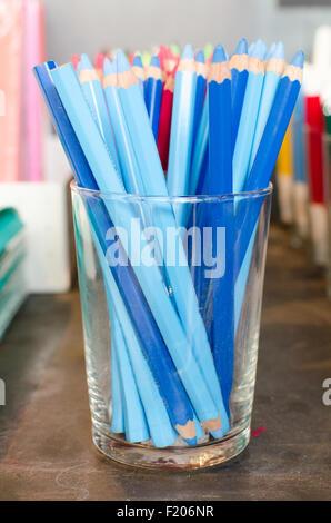 Einen Topf mit blauen Bleistift auf einem Schreibtisch - Stockfoto