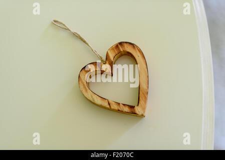 Dekorative Herzen aus Holz auf dem Tisch gemacht - Stockfoto