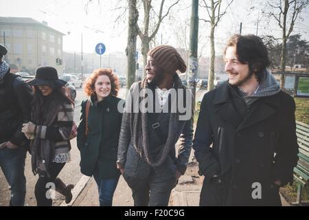 Fünf junge Erwachsene Freunde bummeln in Stadtstraße - Stockfoto