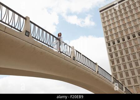 Niedrigen Winkel Sicht der Person am Steg, Rathaus Ost, Los Angeles, Kalifornien, USA - Stockfoto