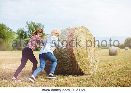 Zwei Reife Freundinnen vorgibt, drücken Sie Strohballen, Toskana, Italien - Stockfoto