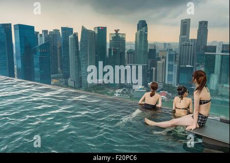 singapur marina bay swimmingpool auf dem dach des marina. Black Bedroom Furniture Sets. Home Design Ideas