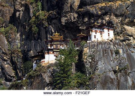 Ansicht des Klosters Paro bekannt als Tiger Nest oder Taktsang Palphug Kloster, hoch auf den Klippen über dem Tal Stockfoto