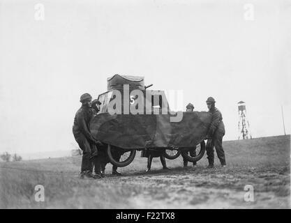 Soldaten der Reichswehr tragen einen Dummy-Tank während eines Manövers. Da der Versailler Vertrag der deutschen - Stockfoto