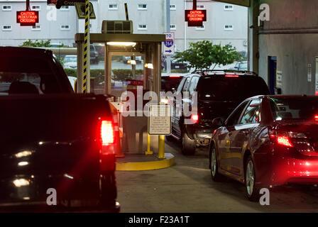 Autos warten, um an einem Parkplatz Garage Ausfahrt bezahlen. - Stockfoto