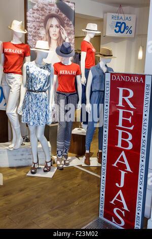 aa11f18caacf7f ... Madrid Spanien Europa Spanisch Centro Plaza de Canalejas Frauen  Kleidung Shop Mode Schaufensterpuppen anzeigen Verkauf -