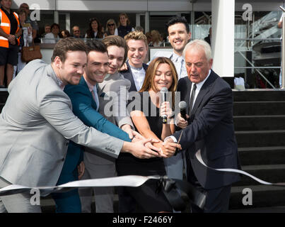 Southampton, UK.11th September 2015. Britains got Talent 2014 Gewinner Collabro, TV-Moderatorin Suzi Perry und Gründer - Stockfoto
