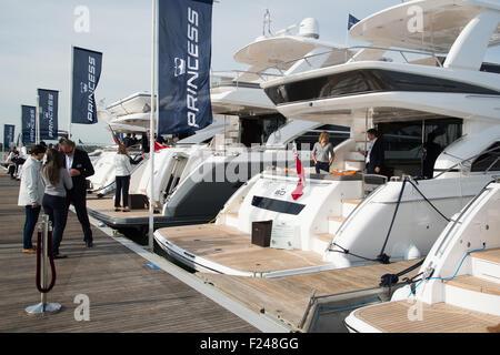 Southampton, UK. 11. September 2015. Southampton Boat Show 2015. Princess Boote aufgereiht in der Marina. Bildnachweis: - Stockfoto