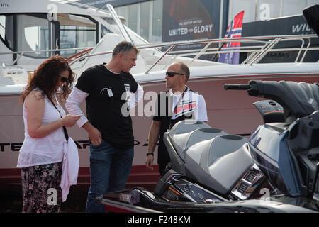 Southampton, UK. 11. September 2015. Southampton Boat Show 2015. Besucher sprechen für Aussteller Jet Fahrräder - Stockfoto