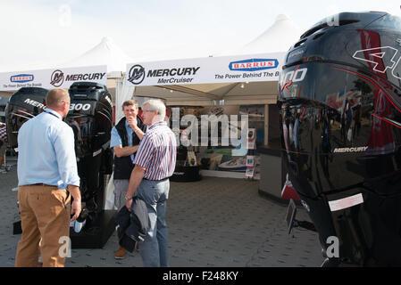 Southampton, UK. 11. September 2015. Southampton Boat Show 2015. Besucher auf dem Merkur Stand sprecht mit Aussteller - Stockfoto